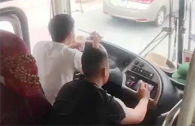 Vừa lái xe vừa ăn mì tôm, tài xế ở Nghệ An bị tước bằng 2 tháng, phạt 1,5 triệu đồng - Ảnh 1.