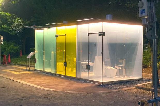 Độc đáo nhà vệ sinh trong suốt tại Nhật Bản, khi có người sử dụng sẽ tự động làm mờ để bảo vệ sự riêng tư - Ảnh 2.