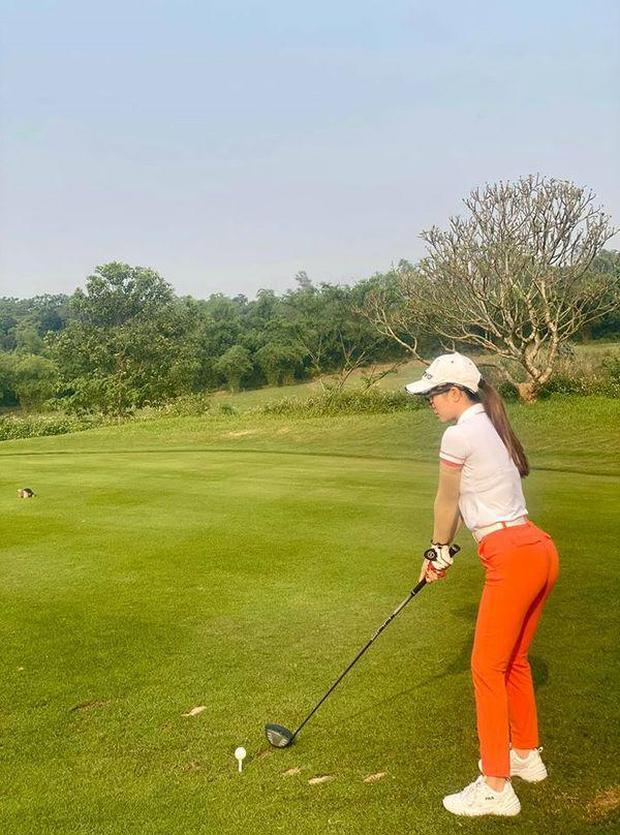 Style chơi golf của sao Việt: Hương Giang đơn giản nhất hội dù vướng nghi án hẹn hò, Quỳnh Nga diện váy ngắn xẻ cao tít tắp - Ảnh 11.