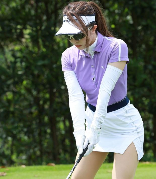 Style chơi golf của sao Việt: Hương Giang đơn giản nhất hội dù vướng nghi án hẹn hò, Quỳnh Nga diện váy ngắn xẻ cao tít tắp - Ảnh 13.