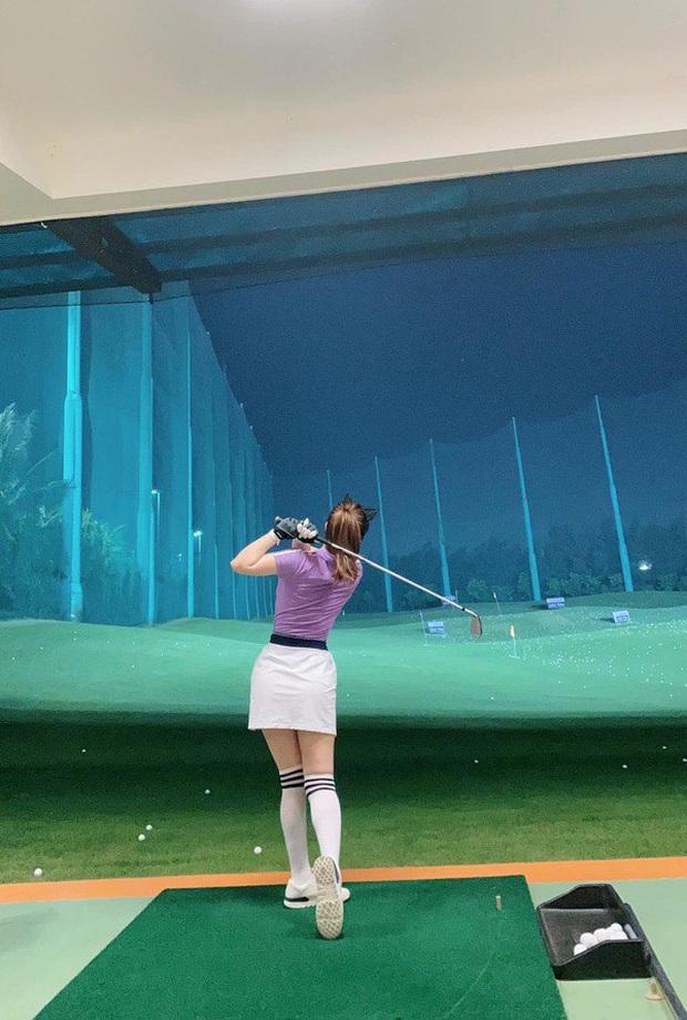 Style chơi golf của sao Việt: Hương Giang đơn giản nhất hội dù vướng nghi án hẹn hò, Quỳnh Nga diện váy ngắn xẻ cao tít tắp - Ảnh 14.