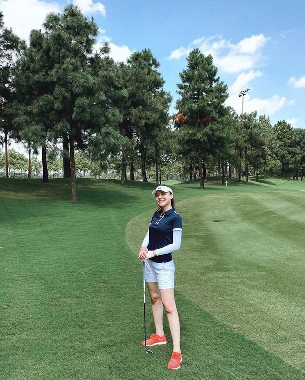 Style chơi golf của sao Việt: Hương Giang đơn giản nhất hội dù vướng nghi án hẹn hò, Quỳnh Nga diện váy ngắn xẻ cao tít tắp - Ảnh 18.
