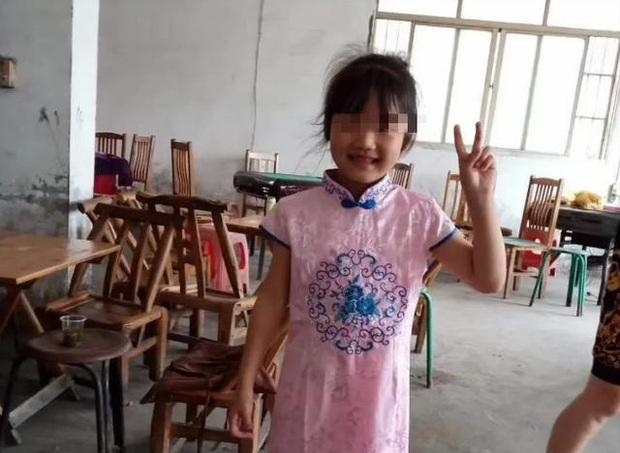 Bé gái 7 tuổi xin đi chơi nhưng không về, 2 ngày sau gia đình tìm được con dưới lớp đất lạnh lẽo tại vườn nhà hàng xóm - Ảnh 3.