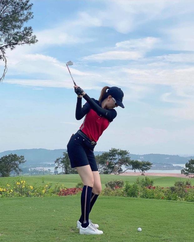 Style chơi golf của sao Việt: Hương Giang đơn giản nhất hội dù vướng nghi án hẹn hò, Quỳnh Nga diện váy ngắn xẻ cao tít tắp - Ảnh 3.
