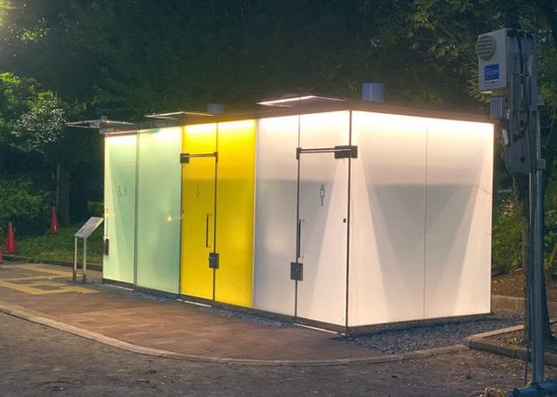 Độc đáo nhà vệ sinh trong suốt tại Nhật Bản, khi có người sử dụng sẽ tự động làm mờ để bảo vệ sự riêng tư - Ảnh 3.