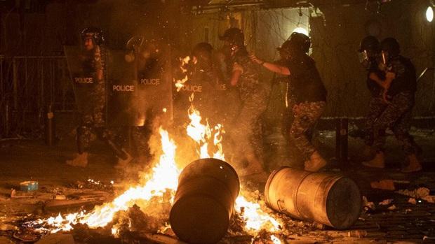 Vụ nổ cực lớn ở Lebanon: Công nhân cảng bị thổi bay xuống biển sống sót kì diệu - Ảnh 4.