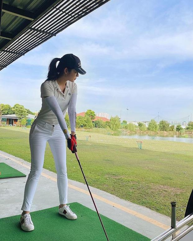 Style chơi golf của sao Việt: Hương Giang đơn giản nhất hội dù vướng nghi án hẹn hò, Quỳnh Nga diện váy ngắn xẻ cao tít tắp - Ảnh 7.