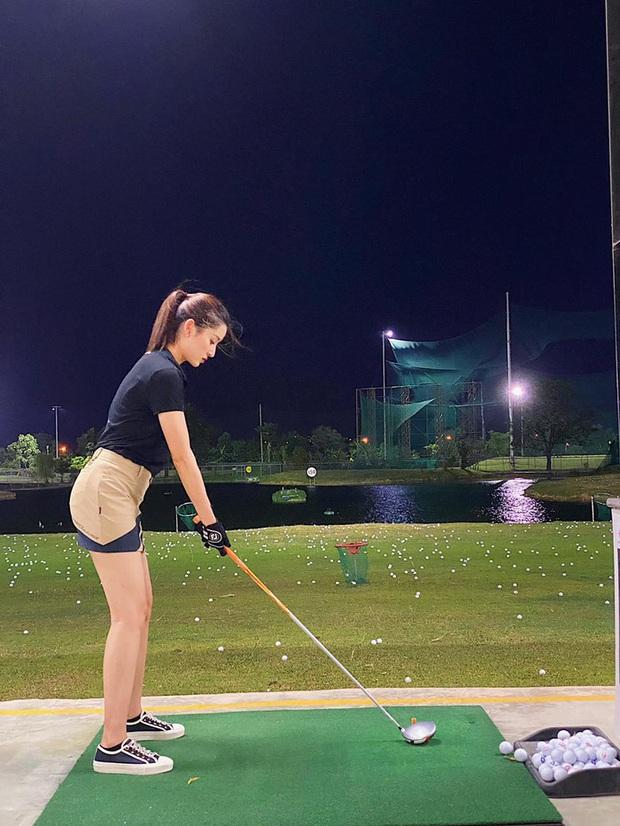 Style chơi golf của sao Việt: Hương Giang đơn giản nhất hội dù vướng nghi án hẹn hò, Quỳnh Nga diện váy ngắn xẻ cao tít tắp - Ảnh 9.