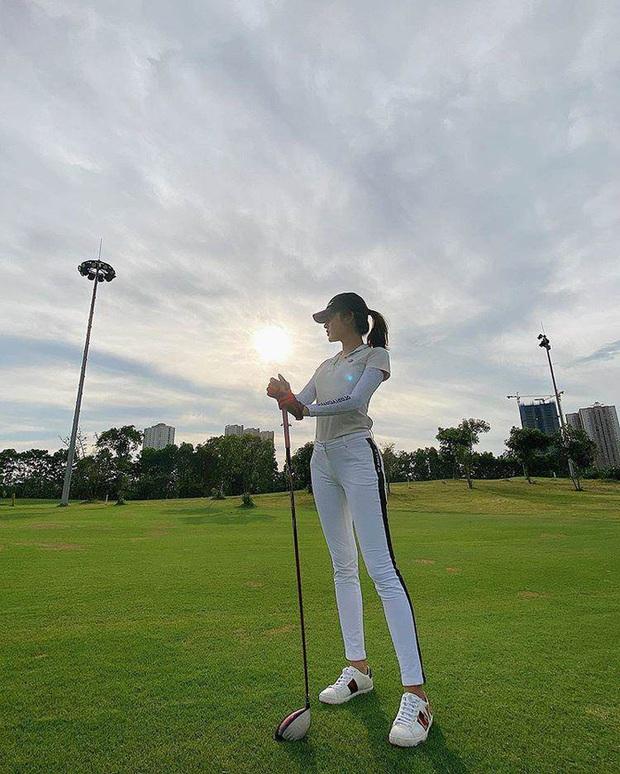 Style chơi golf của sao Việt: Hương Giang đơn giản nhất hội dù vướng nghi án hẹn hò, Quỳnh Nga diện váy ngắn xẻ cao tít tắp - Ảnh 10.