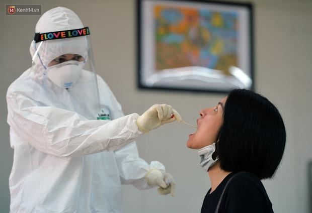 Ảnh: Hà Nội bắt đầu xét nghiệm PCR đối với người trở về từ Đà Nẵng - Ảnh 11.