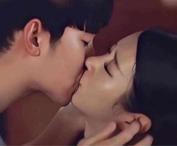 Góc thánh soi: Khùng nữ Điên Thì Có Sao đang hôn thì ngứa tai, Kim Soo Hyun tiện tay gãi hộ? - Ảnh 2.