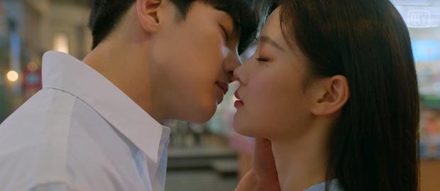 Mang tiếng phim 18+, Ji Chang Wook - Kim Yoo Jung chỉ hôn đúng 2 lần trong suốt 16 tập Backstreet Rookie - Ảnh 2.
