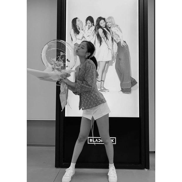 Đúng dịp kỷ niệm, những hình ảnh hậu trường thời debut của BLACKPINK cách đây 4 năm bất ngờ được hé lộ khiến fan bồi hồi - Ảnh 17.