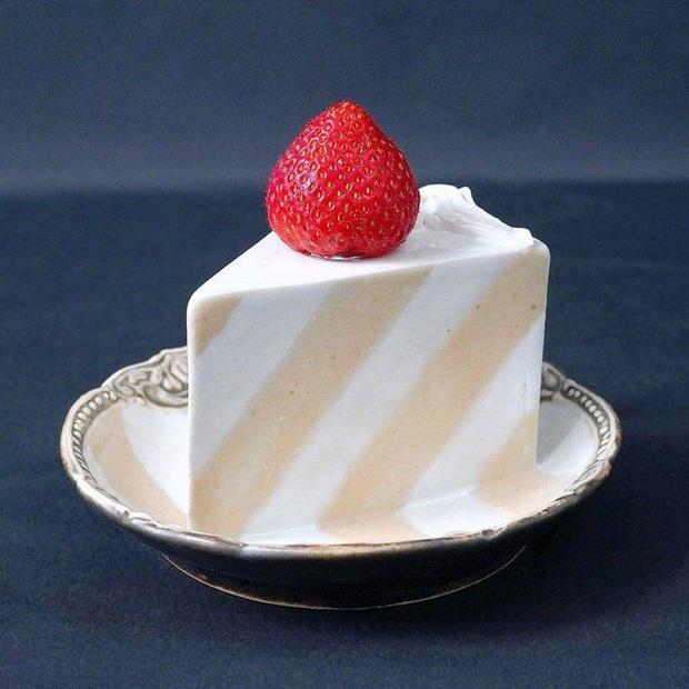 Thêm một phát minh của người Nhật chứng tỏ sự cầu kỳ từ những điều nhỏ nhất: Chiếc đĩa hình bánh kem chỉ để... ăn dâu - Ảnh 1.