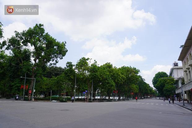 Giới trẻ Hà Nội đeo khẩu trang khi xuống phố, làm thủ tục dự thi hay đi cafe vẫn nghiêm chỉnh chấp hành - Ảnh 1.