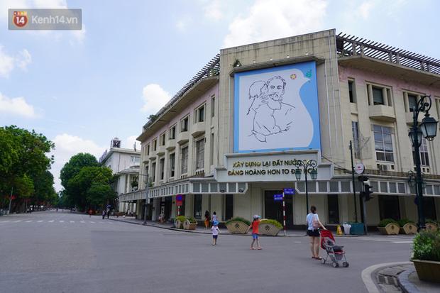 Giới trẻ Hà Nội đeo khẩu trang khi xuống phố, làm thủ tục dự thi hay đi cafe vẫn nghiêm chỉnh chấp hành - Ảnh 2.