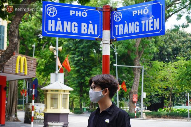 Giới trẻ Hà Nội đeo khẩu trang khi xuống phố, làm thủ tục dự thi hay đi cafe vẫn nghiêm chỉnh chấp hành - Ảnh 3.