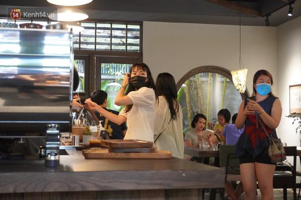 Giới trẻ Hà Nội đeo khẩu trang khi xuống phố, làm thủ tục dự thi hay đi cafe vẫn nghiêm chỉnh chấp hành - Ảnh 9.