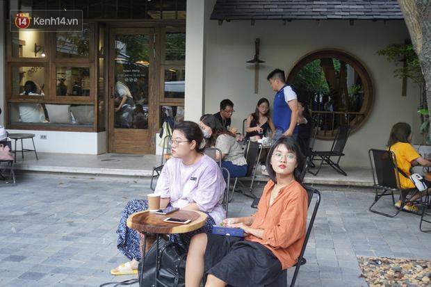 Giới trẻ Hà Nội đeo khẩu trang khi xuống phố, làm thủ tục dự thi hay đi cafe vẫn nghiêm chỉnh chấp hành - Ảnh 10.