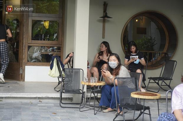Giới trẻ Hà Nội đeo khẩu trang khi xuống phố, làm thủ tục dự thi hay đi cafe vẫn nghiêm chỉnh chấp hành - Ảnh 11.