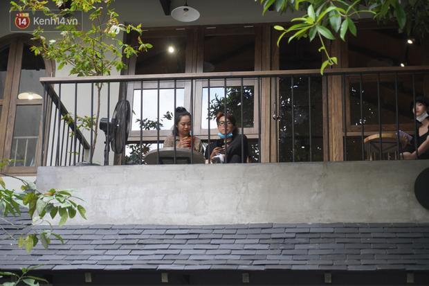 Giới trẻ Hà Nội đeo khẩu trang khi xuống phố, làm thủ tục dự thi hay đi cafe vẫn nghiêm chỉnh chấp hành - Ảnh 12.