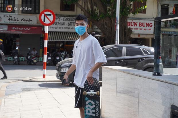 Giới trẻ Hà Nội đeo khẩu trang khi xuống phố, làm thủ tục dự thi hay đi cafe vẫn nghiêm chỉnh chấp hành - Ảnh 4.