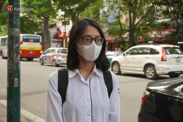Giới trẻ Hà Nội đeo khẩu trang khi xuống phố, làm thủ tục dự thi hay đi cafe vẫn nghiêm chỉnh chấp hành - Ảnh 5.
