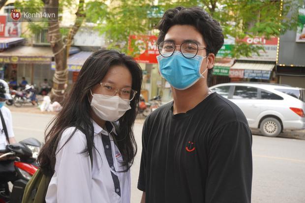 Giới trẻ Hà Nội đeo khẩu trang khi xuống phố, làm thủ tục dự thi hay đi cafe vẫn nghiêm chỉnh chấp hành - Ảnh 8.