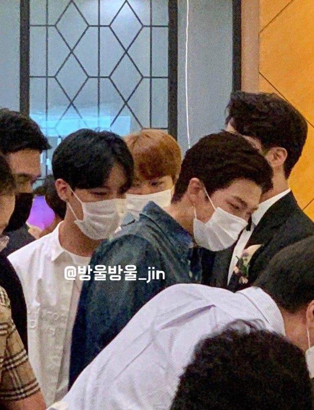 Đám cưới hot nhất hôm nay: Dàn idol toàn cầu BTS đổ bộ, Jin chiếm trọn spotlight khi làm phù rể cho anh trai ruột - Ảnh 4.