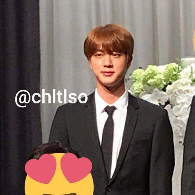 Đám cưới hot nhất hôm nay: Dàn idol toàn cầu BTS đổ bộ, Jin chiếm trọn spotlight khi làm phù rể cho anh trai ruột - Ảnh 5.