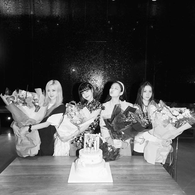 Kỷ niệm 4 năm debut, BLACKPINK được tặng 4 chiếc bánh kem quá ư cầu kỳ, ấn tượng nhất là khoản tạo hình có 1-0-2 - Ảnh 2.
