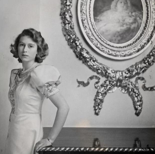 Một loạt ảnh hiếm thời trẻ của Nữ hoàng Anh cho thấy bà đích thực là tuyệt sắc giai nhân với khí chất khó ai sánh bằng - Ảnh 2.