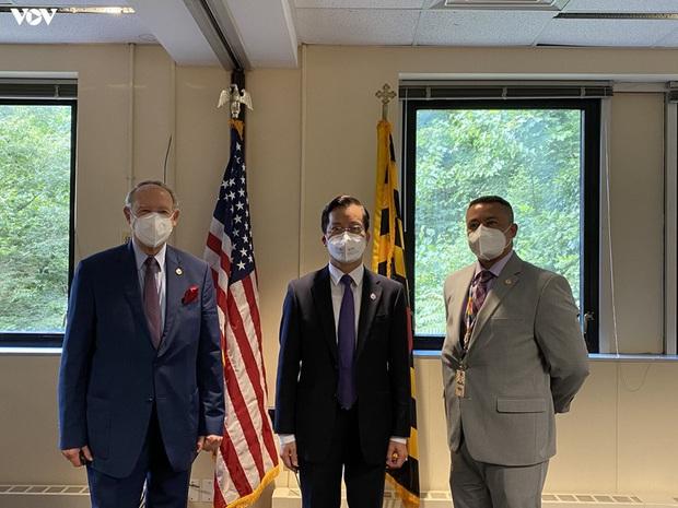 Đại sứ quán Việt Nam tại Mỹ trao tặng bang Maryland 10.000 khẩu trang  - Ảnh 1.