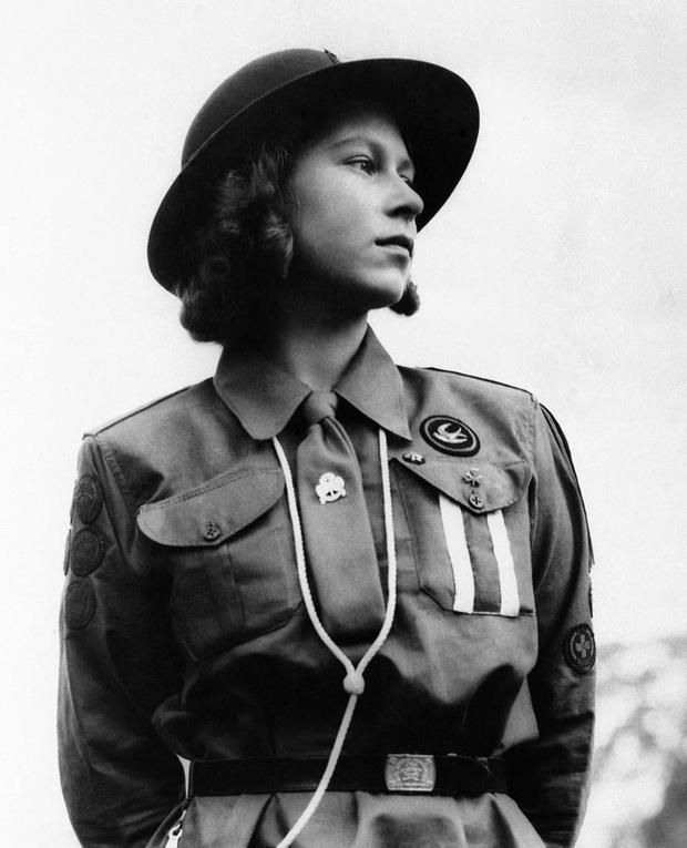 Một loạt ảnh hiếm thời trẻ của Nữ hoàng Anh cho thấy bà đích thực là tuyệt sắc giai nhân với khí chất khó ai sánh bằng - Ảnh 3.