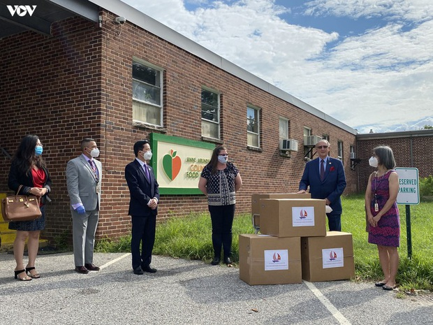 Đại sứ quán Việt Nam tại Mỹ trao tặng bang Maryland 10.000 khẩu trang  - Ảnh 3.