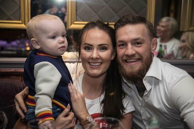 Gã điên Conor McGregor đính hôn với bạn gái Dee Devlin sau 12 năm bên nhau - Ảnh 3.