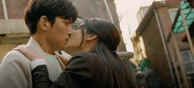 Mang tiếng phim 18+, Ji Chang Wook - Kim Yoo Jung chỉ hôn đúng 2 lần trong suốt 16 tập Backstreet Rookie - Ảnh 4.