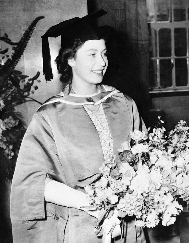 Một loạt ảnh hiếm thời trẻ của Nữ hoàng Anh cho thấy bà đích thực là tuyệt sắc giai nhân với khí chất khó ai sánh bằng - Ảnh 5.