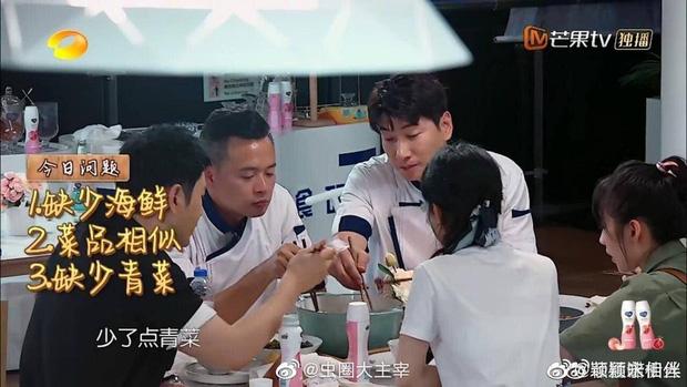 Triệu Lệ Dĩnh gây tranh cãi vì thói quen mất vệ sinh khi ăn cơm, Cnet soi thái độ của Huỳnh Hiểu Minh và đồng nghiệp - Ảnh 3.