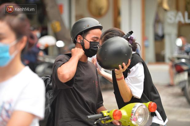 Cặp đôi hôn nhau cực ngọt qua lớp khẩu trang trước cổng trường thi THPT Quốc gia - Ảnh 3.