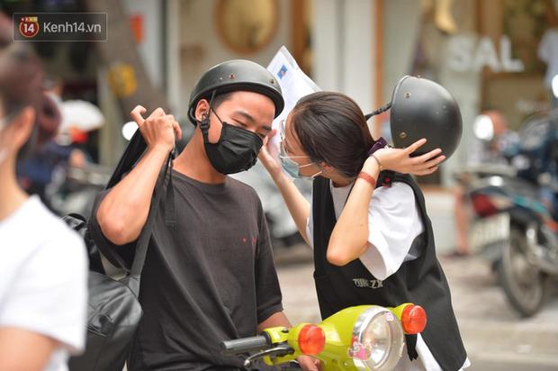 Cặp đôi hôn nhau cực ngọt qua lớp khẩu trang trước cổng trường thi THPT Quốc gia - Ảnh 4.
