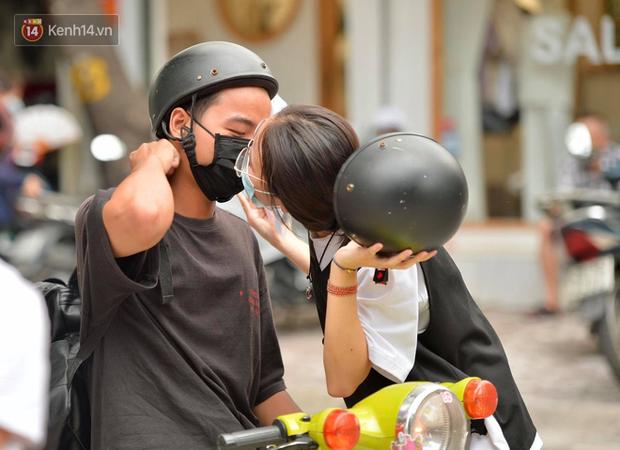 Cặp đôi hôn nhau cực ngọt qua lớp khẩu trang trước cổng trường thi THPT Quốc gia - Ảnh 5.