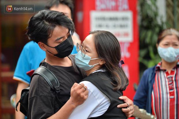 Khoảnh khắc rụng tim chiếm spotlight: Nam sinh ôm chầm lấy bạn gái, ngọt ngào động viên sau khi thi THPT Quốc gia - Ảnh 3.