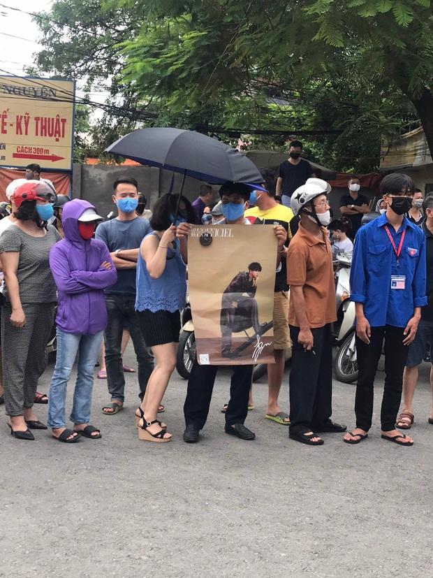 Dân tình thả tim rần rần khi thấy bố mẹ cầm poster có ảnh Gun Thần - Lý Hiện, đứng chờ con gái trước cổng trường thi - Ảnh 2.