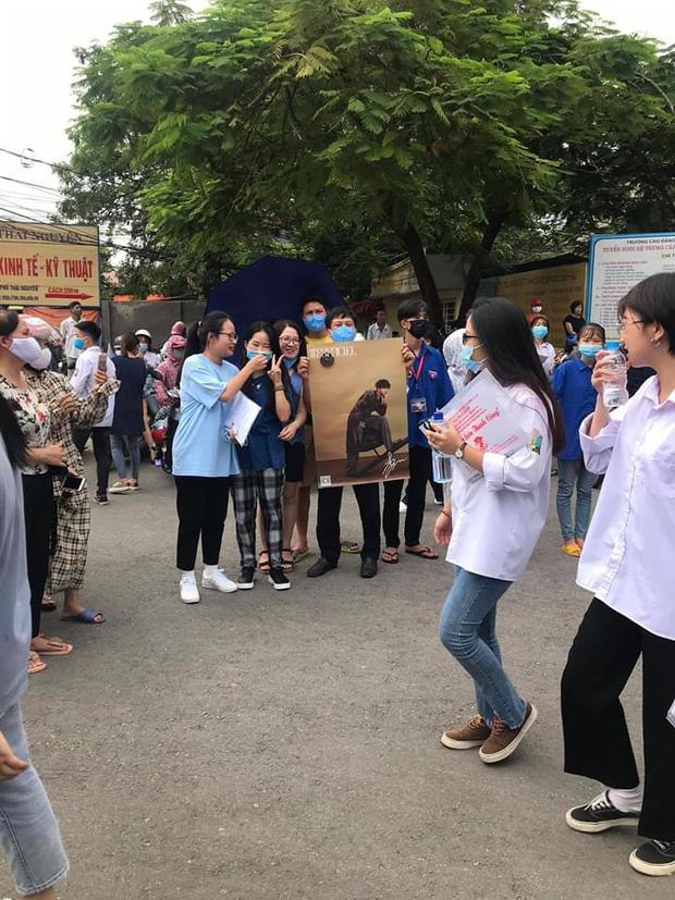 Dân tình thả tim rần rần khi thấy bố mẹ cầm poster có ảnh Gun Thần - Lý Hiện, đứng chờ con gái trước cổng trường thi - Ảnh 1.