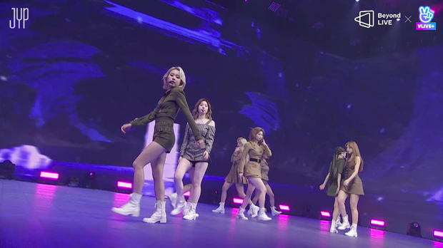 Concert online vòng quanh thế giới của TWICE: Hát live như bật đĩa, sân khấu 18 thành viên đầy ảo diệu khiến fan trầm trồ - Ảnh 6.