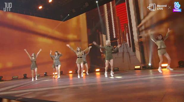 Concert online vòng quanh thế giới của TWICE: Hát live như bật đĩa, sân khấu 18 thành viên đầy ảo diệu khiến fan trầm trồ - Ảnh 9.