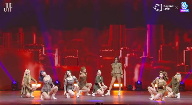 Concert online vòng quanh thế giới của TWICE: Hát live như bật đĩa, sân khấu 18 thành viên đầy ảo diệu khiến fan trầm trồ - Ảnh 11.