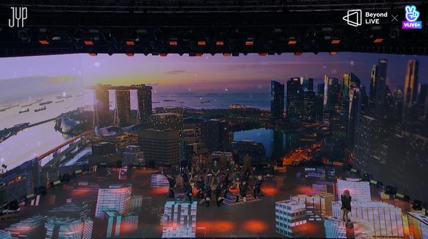 Concert online vòng quanh thế giới của TWICE: Hát live như bật đĩa, sân khấu 18 thành viên đầy ảo diệu khiến fan trầm trồ - Ảnh 17.