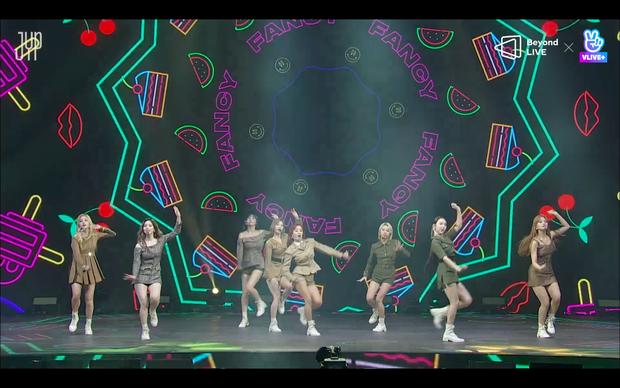 Concert online vòng quanh thế giới của TWICE: Hát live như bật đĩa, sân khấu 18 thành viên đầy ảo diệu khiến fan trầm trồ - Ảnh 25.